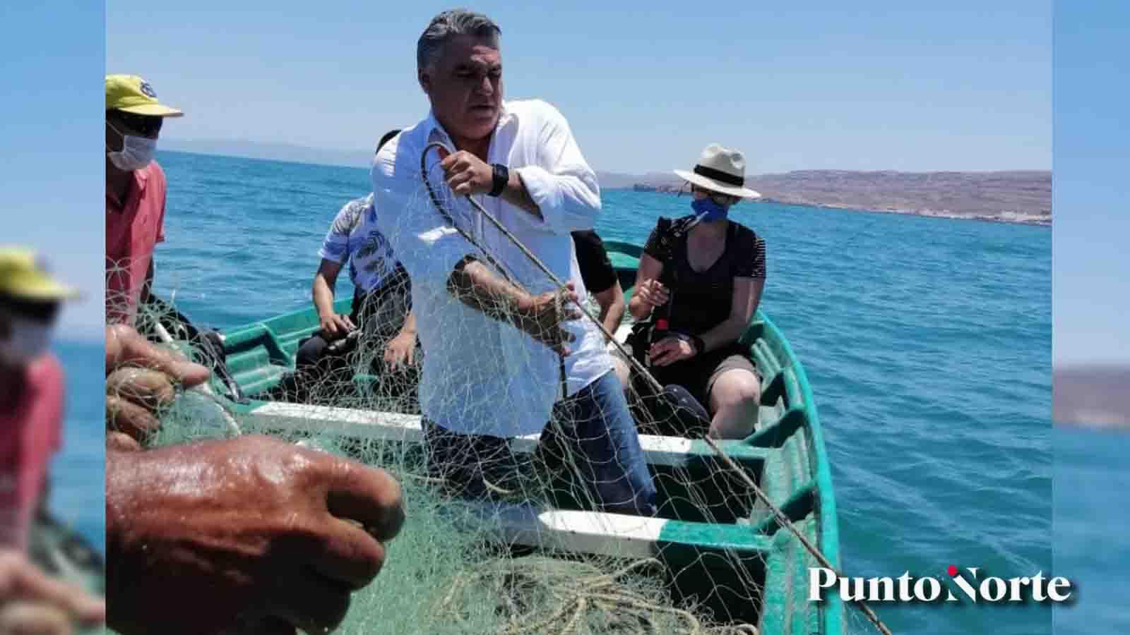 Delegado federal le hace de pescador y entrega apoyos